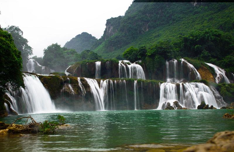 Dưới chân thác là mặt sông rộng với hai bên bờ là những thảm cỏ và vạt rừng. Cách thác khoảng hơn 5 km có động Ngườm Ngao, dài 3 km. Ảnh: Ta Viet Hai.