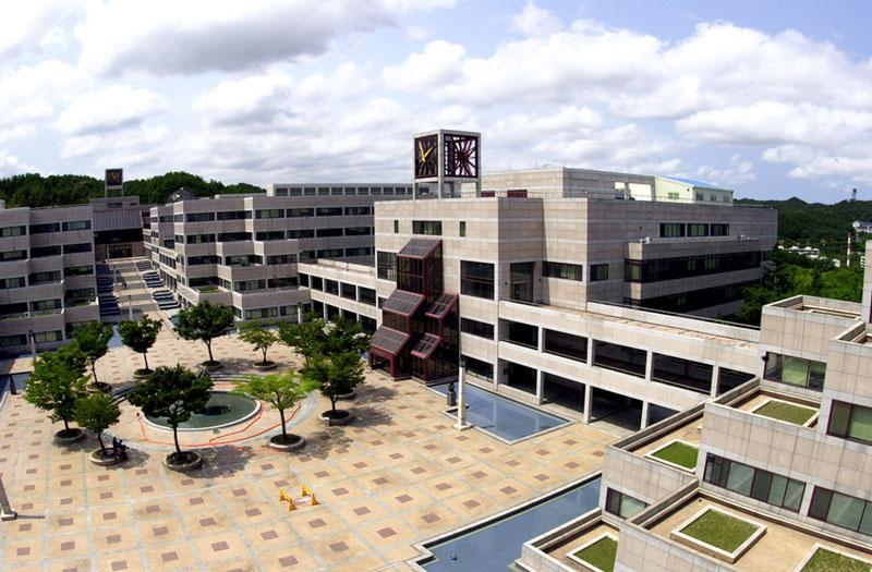 10. Đại học Khoa học và Công nghệ Pohang (POSTECH). Thành lập năm 1986 ở tỉnh Gyeongbuk, Hàn Quốc. Trong những năm vừa qua, POSTECH luôn duy trì thứ hạng cao của mình trong danh mục những trường đại học khoa học kỹ thuật hàng đầu xứ sở kim chi nói riêng và trên thế giới nói chung. POSTECH trở thành một trong những lựa chọn hàng đầu của du học sinh quốc tế khi du học Hàn Quốc.