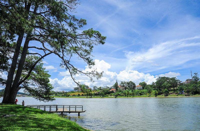 Du khách đến vãn cảnh hồ Xuân Hương ít ai bỏ qua Thuỷ Tạ. Ghé vào đây chụp vài tấm ảnh lưu niệm với kiến trúc có hình thức rất khác biệt, khó tìm thấy nơi nào có kiến trúc tương tự. Ảnh: Hanh_Phan.