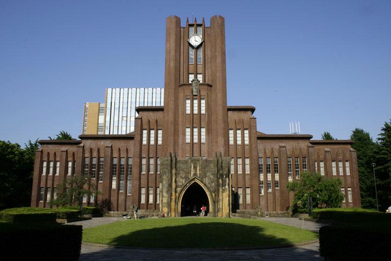 7. Đại học Tokyo (Todai). Thành lập năm 1877 ở thủ đô Tokyo, Nhật Bản. Todai đào tạo 10 chuyên ngành với khoảng 30.000 sinh viên theo học và nghiên cứu. Đây được xem là trường đại học lớn nhất và có lịch sử lâu đời nhất xứ sở hoa anh đào.