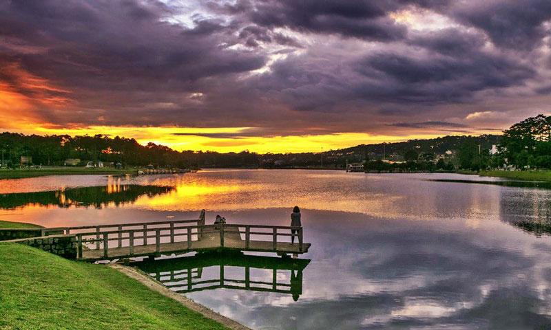 Hồ Xuân Hương là một trong những hồ nước đẹp nhất vùng Tây Nguyên. Ảnh: Boones Nguyen.