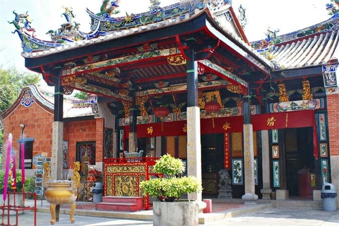 Ngôi đền rắn độc bò lổm ngổm quanh du khách