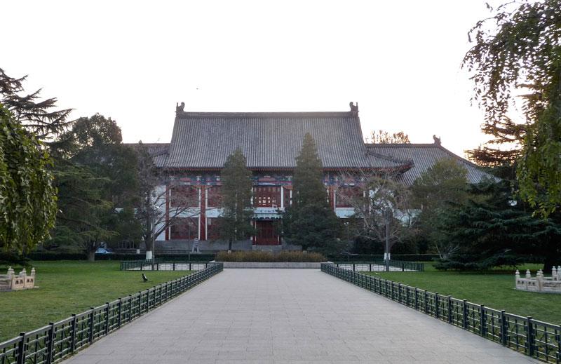 2. Đại học Bắc Kinh (PKU), thành lập năm 1898. Tọa lạc ở quận Hải Điến, Bắc Kinh, Trung Quốc. Diện tích 273 hécta. PKU là một trong những trường đại học lâu đời nhất và trọng điểm của Trung Quốc. Trường có 30 viện và 12 bộ môn với 93 chuyên ngành đại học, hai chuyên ngành văn bằng 2, 199 chuyên ngành cho các ứng viên thạc sĩ và 173 chuyên ngành cho ứng viên tiến sĩ.