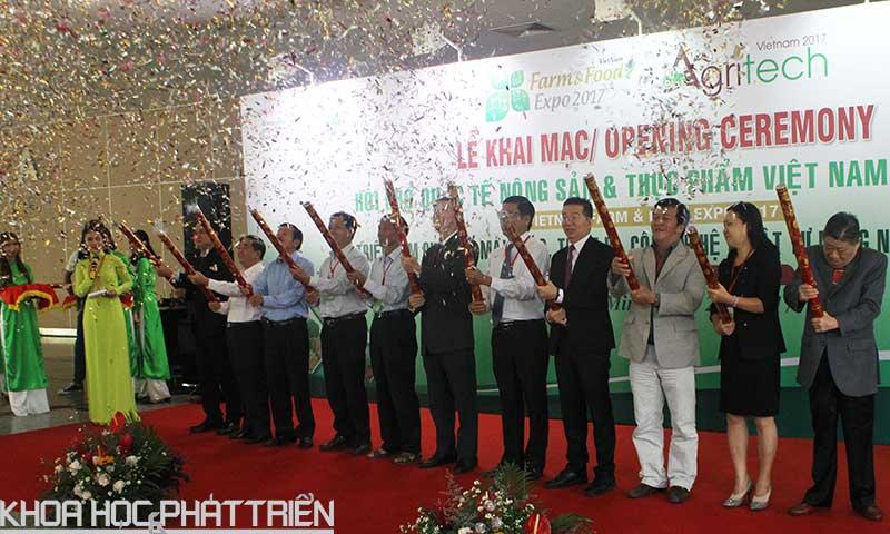 Các khách mời và đại diện ban tổ chức thực hiện nghi thức bắn pháo hoa giấy khai mạc sự kiện