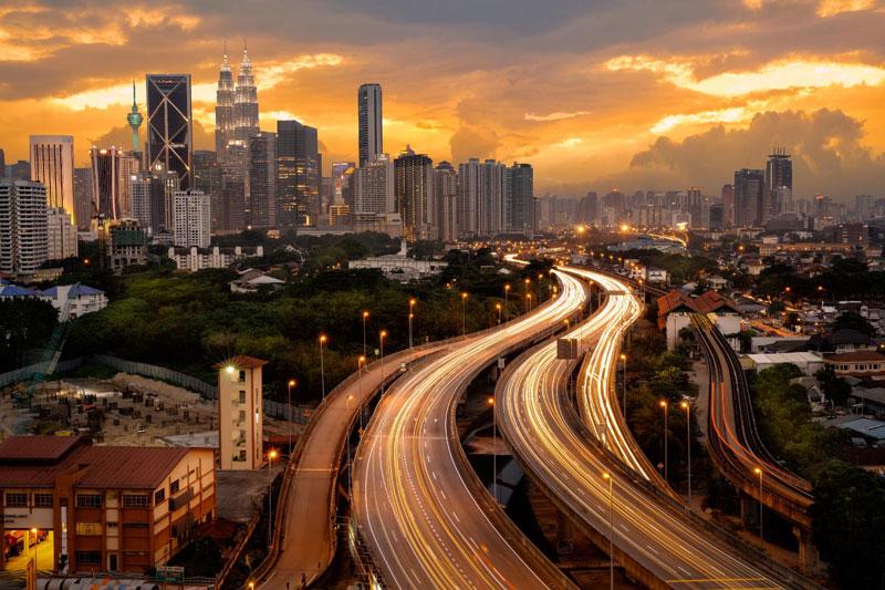 10. Malaysia. Là quốc gia quân chủ lập hiến liên bang tại Đông Nam Á. Nó trở thành một trong những nước có hồ sơ kinh tế tốt nhất tại châu Á, GDP tăng trưởng trung bình 6,5% trong gần 50 năm. Về truyền thống, yếu tố thúc đẩy kinh tế Malaysia là các nguồn tài nguyên thiên nhiên, song quốc gia cũng phát triển các lĩnh vực khoa học, du lịch, thương mại hay du lịch y tế.