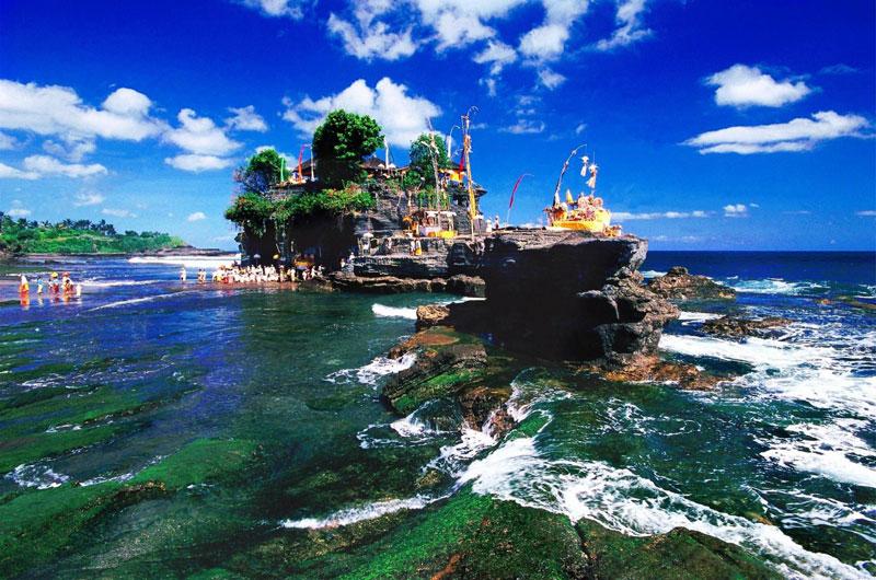 """9. Indonesia. Đất nước nằm giữa Đông Nam Á và Châu Đại Dương. """"Xứ sở vạn đảo"""" nổi tiếng với các địa danh du lịch như đảo Bali, đảo rồng Komodo, quần đảo Togean, Thủ đô Jakarta, đảo Karimunjawa…"""