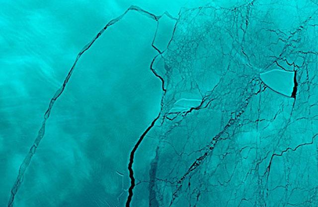 Vết nứt khổng lồ mới xuất hiện tại thềm băng Larsen C ở Nam Cực. Ảnh: RT.