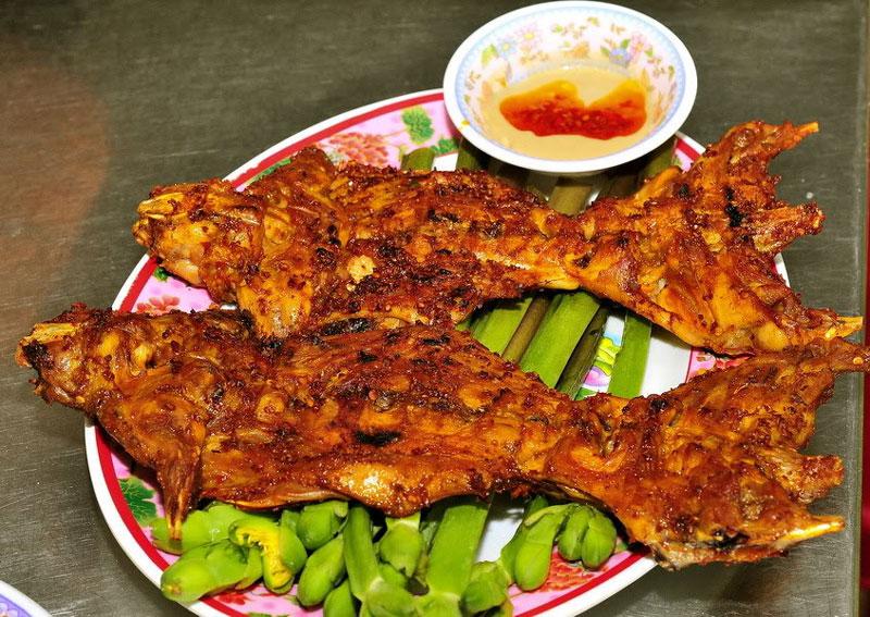 """""""Chết mê chết mệt"""" với đặc sản nổi bật của miền Tây. Thịt chuột đồng là món ăn không còn quá xa lạ trong ẩm thực Việt Nam. Thịt chuột đồng có thể chế biến thành nhiều món ngon như nướng, luộc ép lá chanh, áp chảo, rang muối… Đây cũng là sản nổi bật của miền Tây Nam Bộ. (CHI TIẾT)"""
