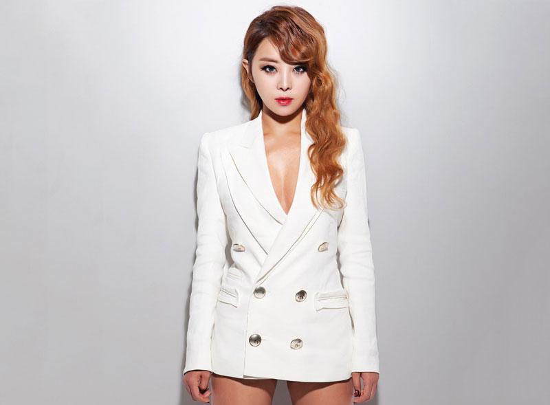 8. Narsha (Park Hyo-jin). Là nữ ca sĩ, vũ công, diễn viên người Hàn Quốc. Cô được biết đến là cựu thành viên nhóm nhạc nữ Brown Eyed Girls. Narsha nổi tiếng với tính cách nổi bật, giọng hát ngọt ngào cùng thân hình quyến rũ.