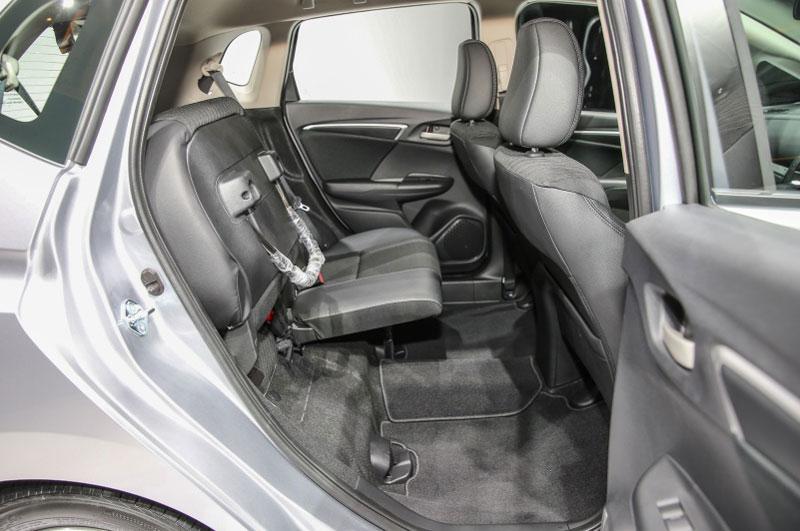 Ghế sử dụng chất liệu nỉ với hàng ghế sau có thể gập lại nhằm tăng dung tích khoang hành lý.