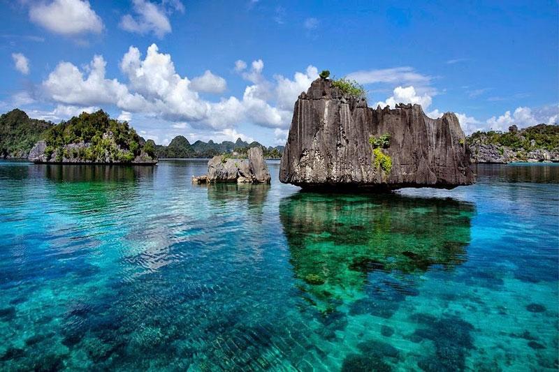 10. Raja Ampat (Four Kings). Là quần đảo bao gồm hơn 1.500 hòn đảo nhỏ. Raja Ampat là một phần của Tam giác San hô có chứa đa dạng sinh học biển giàu nhất trên trái đất. Nơi đây cũng có những rạn san hô đa dạng nhất trên Trái đất cùng 200 địa điểm lặn dành cho du khách.
