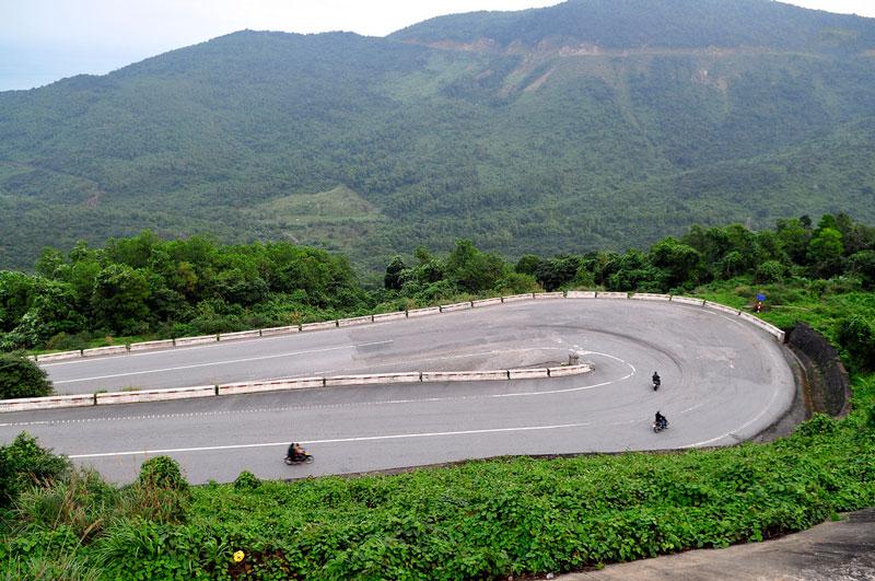 Đèo Hải Vân cắt ngang dãy núi Bạch Mã (là một phần của dãy Trường Sơn chạy cắt ra sát biển) ở giữa địa giới tỉnh Thừa Thiên-Huế (ở phía Bắc) và thành phố Đà Nẵng (ở phía Nam), Việt Nam. Ảnh: Diem Dang Dung.