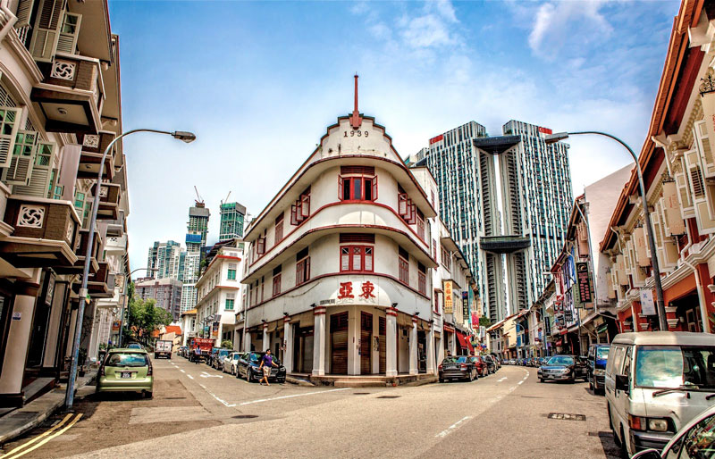 """4. Keong Saik. Đây là con đường nằm ở khu phố Tàu, trong Khu quy hoạch Outram, Singapore. Tuy từng là khu phố đèn đỏ, nhưng đường Keong Saik đã trở thành biểu tượng của """"Singapore mới"""". Tới đây, du khách sẽ được khám phá những không gian ăn uống và giải trí hàng đầu ở quốc gia này như quán bar trên sân thượng."""