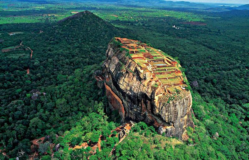8. Sri Lanka. Đây là đảo quốc với đa số dân theo Phật giáo ở Nam Á. Nơi đây từng là trung tâm tôn giáo và văn hóa Phật giáo thời cổ. Vẻ đẹp tự nhiên của những cánh rừng nhiệt đới Sri Lanka, các bãi biển và phong cảnh cũng như sự giàu có về các di sản văn hóa biến nước này thành điểm đến nổi tiếng với du khách thế giới.