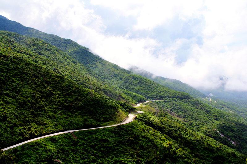 Ði trên quốc lộ số 1, bạn sẽ cảm nhận được làn gió mát mơn man đồng thời thưởng thức những phong cảnh tuyệt vời trên dọc đường đi tới một trong những bãi biển đẹp nhất Việt Nam. Ảnh: Phạm Quang Tuân.