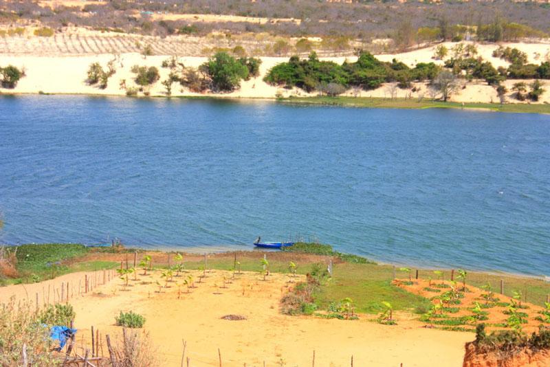 Hồ nước xanh ngắt. Ảnh: Annie Le.