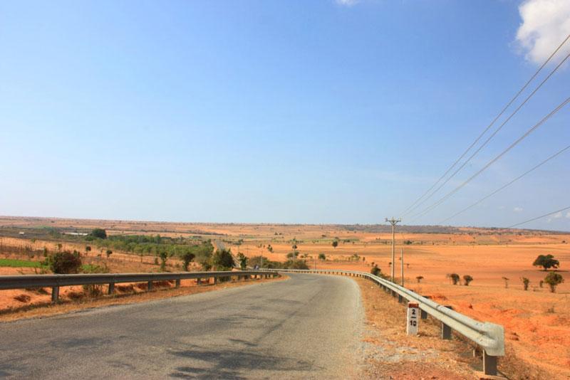 Hiện tại, đường tới cao nguyên Hòa Thắng đã được chính quyền địa phương nâng cấp nên đi lại rất dễ dàng. Ảnh: Annie Le.