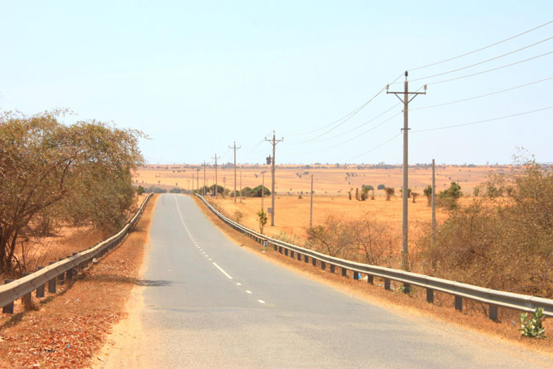 Ở đây, làn đường khá rộng nên du khách có thể thoải mái lựa chọn xe ô tô hoặc xe máy để du hí về đây. Ảnh: Annie Le.