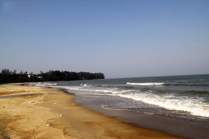 Bãi biển Cửa Tùng có bờ cát mịn, trắng phau, thoai thoải giữa làn nước mát xanh trong. Ảnh: Diem Dang Dung.