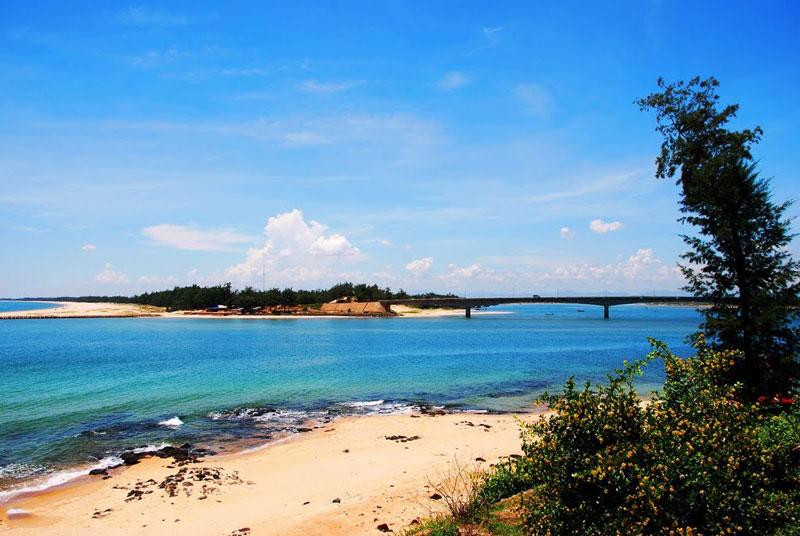 Vào mùa Hè, khi những cơn gió Lào mang hơi nóng hầm hập, khô rang thổi qua vùng đất nắng gió miền Trung, thì ở Cửa Tùng trở nên hấp dẫn với du khách. Ảnh: Thanh Sơn HP.