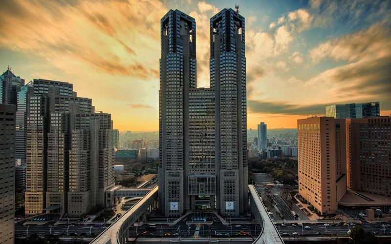 10. Tòa nhà chính phủ Tokyo Metropolitan. Là trung tâm hành chính của thủ đô Tokyo, Nhật Bản, bao gồm nhà họp nghị hội, quảng trường nhân dân, tòa nhà chính phủ 1, tòa nhà chính phủ 2. Vì là cơ quan tổ chức hành chính nên hầu như ít có cơ hội đến thăm, nhưng thực ra khách du lịch có thể tham quan một phần trong tòa nhà.