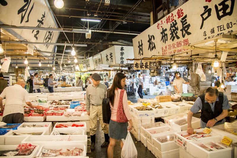 2. Chợ cá Tsukiji. Là chợ bán buôn cá, hải sản lớn nhất thế giới và cũng là một trong những chợ thực phẩm rộng nhất xét về mọi loại mặt hàng. Chợ nằm tại quận Tsukiji thuộc trung tâm Tokyo, nằm giữa sông Sumida và khu mua sắm Ginza cao cấp. Trong khi thị trường bán buôn bên trong đã hạn chế việc ra vào cho du khách, thị trường bán lẻ bên ngoài, các nhà hàng và cửa hàng cung cấp các mặt hàng liên quan đến nhà hàng vẫn là một điểm du lịch hấp cho cả du khách trong và ngoài nước.