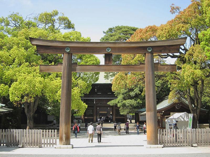4. Đền thờ Thiên hoàng Minh Trị. Ngôi đền thờ thiên hoàng Minh Trị Meiji-Tenno và Hoàng Thái Hậu Shoken-kotaigo. Nó được xây dựng vào năm 1920. Trong các đền thờ, đây là đền thờ được xây dựng gần đây nhất. Xung quanh ngôi đền là rừng rậm rộng lớn, toàn bộ những cây trong rừng này đều là cây nhân tạo. Khi xây dựng ngôi đền này, người ta đã tập hợp nhiều cây từ khắp đất nước mặt trời mọc.