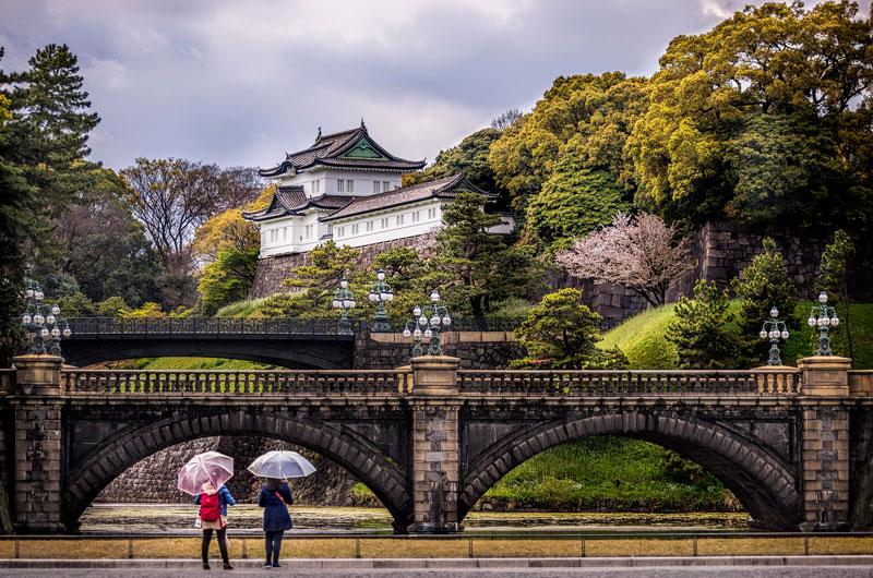 8. Hoàng cung Tokyo. Nơi cư trú chính của Nhật Hoàng. Khuôn viên Hoàng cung rộng lớn như một công viên, nằm trong khu Chiyoda của Tokyo. Nó gần ga tàu lửa Tokyo và có nhiều tòa nhà bao gồm cả cung điện chính, nhà riêng của gia đình Hoàng gia, kho lưu trữ, bảo tàng và các cơ quan hành chính. nó được xây dựng trên trang địa điểm thành Edo, tổng diện tích bao gồm các khu vườn là 7,41 km2.
