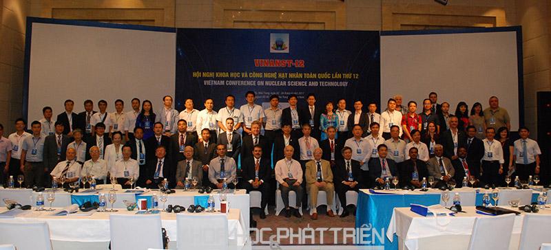 Thứ trưởng Phạm Công Tạc chụp ảnh lưu niệm cùng các đại biểu tham dự hội nghị