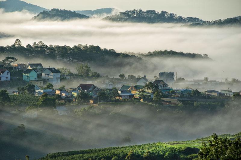 10. Đà Lạt. Là thành phố của tỉnh Lâm Đồng. Nằm ở độ cao 1.500m so với mực nước biển và được các dãy núi cùng quần hệ thực vật rừng bao quanh, Đà Lạt thừa hưởng một khí hậu miền núi ôn hòa và dịu mát quanh năm. Nơi đây là địa điểm thu hút khách du lịch hàng đầu Việt Nam.