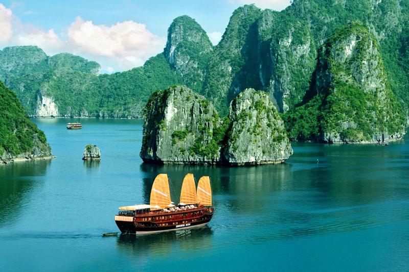 1. Vịnh Hạ Long. Vịnh nhỏ thuộc phần bờ Tây vịnh Bắc Bộ tại khu vực biển Đông Bắc Việt Nam, bao gồm vùng biển đảo thuộc thành phố Hạ Long, thành phố Cẩm Phả và một phần huyện đảo Vân Đồn của tỉnh Quảng Ninh. Năm 2015, vịnh Hạ Long cùng với đảo Cát Bà tạo thành một trong 21 khu du lịch quốc gia đầu tiên ở Việt Nam.
