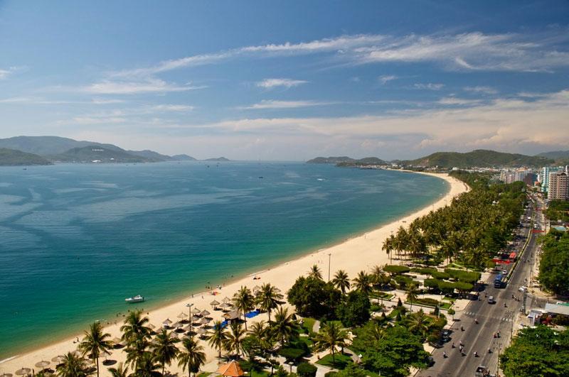 6. Nha Trang. Thành phố ven biển và là trung tâm chính trị, kinh tế, văn hóa, khoa học kỹ thuật và du lịch của tỉnh Khánh Hòa, Việt Nam. Nó được mệnh danh là hòn ngọc của biển Đông, Viên ngọc xanh vì giá trị thiên nhiên, sắc đẹp cũng như khí hậu của nó.