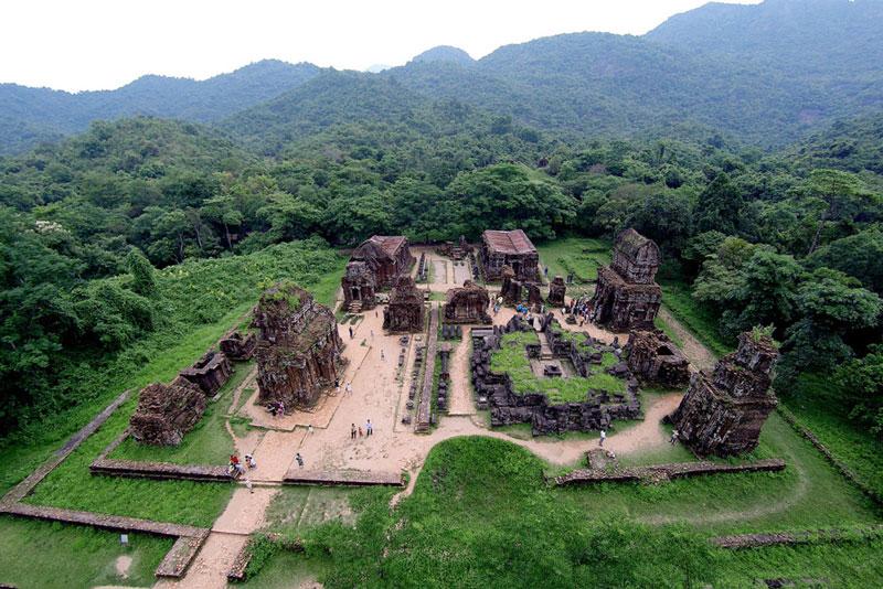 9. Thánh địa Mỹ Sơn. Tọa lạc tại xã Duy Phú, huyện Duy Xuyên, tỉnh Quảng Nam. Nó bao gồm nhiều đền đài Chăm Pa, trong một thung lũng đường kính khoảng 2 km, bao quanh bởi đồi núi. Đây từng là nơi tổ chức cúng tế của vương triều Chăm pa cũng như là lăng mộ của các vị vua Chăm pa hay hoàng thân, quốc thích. Thánh địa Mỹ Sơn được coi là một trong những trung tâm đền đài chính của Ấn Độ giáo ở khu vực Đông Nam Á và là di sản duy nhất của thể loại này tại Việt Nam.
