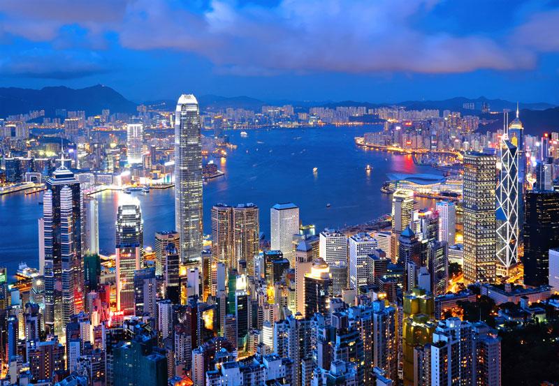 2. Hồng Kông. Đây là Đặc khu hành chính thuộc Trung Quốc. Hồng Kông từng là lãnh thổ phụ thuộc của Anh từ năm 1842 đến khi chuyển giao chủ quyền cho Cộng hòa Nhân dân Trung Hoa năm 1997. Nơi đây thường được mô tả là nơi phương Đông gặp phương Tây, điều này được phản ánh trong hạ tầng kinh tế, giáo dục và văn hóa đường phố.