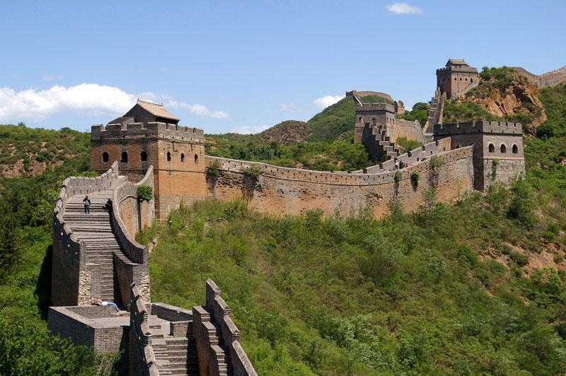 3. Vạn Lý Trường Thành. Bức tường thành nổi tiếng của Trung Quốc liên tục được xây dựng bằng đất và đá từ thế kỷ 5 TCN cho tới thế kỷ 16, để bảo vệ Đế quốc Trung Quốc khỏi những cuộc tấn công của người Hung Nô, Mông Cổ, người Turk, và những bộ tộc du mục khác đến từ những vùng hiện thuộc Mông Cổ và Mãn Châu. Đây là một trong những điểm du lịch hút khách nhất Trung Quốc.
