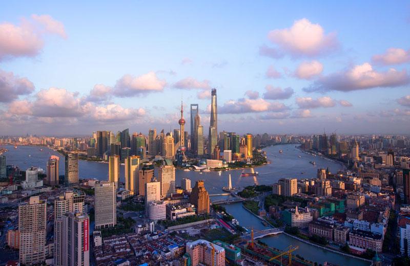 4. Thượng Hải. Là một trong bốn thành phố trực thuộc trung ương của Trung Quốc. Nó được xem là Thủ đô kinh tế của đất nước tỷ dân. Ngày nay, Thượng Hải có hải cảng sầm uất nhất thế giới, hơn cả cảng Singapore và Rotterdam. Thượng Hải đã từng một thời là trung tâm tài chính lớn thứ 3 thế giới, chỉ xếp sau Thành phố New York và Luân Đôn, và là trung tâm thương mại lớn nhất Viễn Đông cuối thế kỷ 19 và đầu thế kỷ 20.