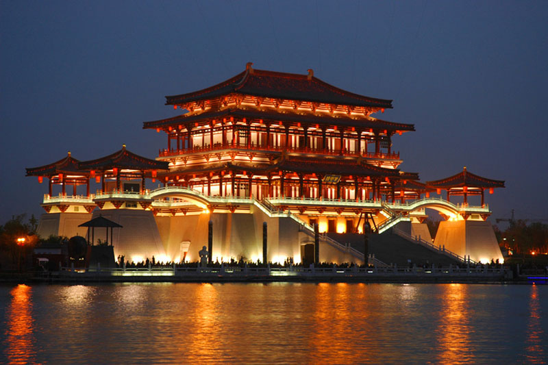 5. Tây An. Thành phố tỉnh lỵ tỉnh Thiểm Tây, Trung Quốc. Tây An là một trong 4 kinh đô trong lịch sử Trung Hoa và là kinh đô của 13 triều đại. Nó cũng là điểm kết thúc phía đông của Con đường tơ lụa huyền thoại. Thành phố có lịch sử hơn 3100 năm với tên gọi trong thời đấy Tràng An hay Trường An.