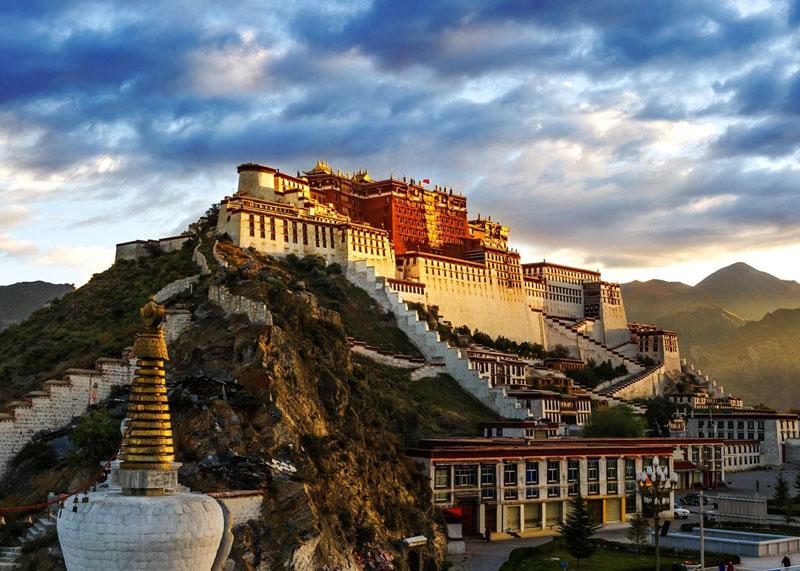 6. Lhasa. Là thành phố và Thủ đô hành chính của Khu tự trị Tây Tạng, Trung Quốc. Lhasa là một trong những thành phố cao nhất trên thế giới. Nó đã từng là thủ phủ tôn giáo và quản lý của Tây Tạng từ giữa thế kỷ 17. Nơi đây có nhiều di tích Phật giáo Tây Tạng quan trọng về văn hoá như Cung điện Potala, chùa Jokhang và Cung điện Norbulingka.