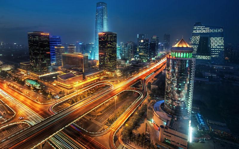 1. Bắc Kinh. Là Thủ đô và là trung tâm chính trị, văn hóa và giáo dục của Trung Quốc. Thành phố là nơi đặt trụ sở của hầu hết các công ty quốc hữu lớn nhất đất nước tỷ dân. Ngoài ra, nó còn là đầu mối giao thông chính của các hệ thống quốc lộ, đường cao tốc, đường sắt và đường sắt cao tốc tại Trung Quốc. Lịch sử của thành phố đã có từ ba thiên niên kỷ. Là kinh đô cuối cùng trong tứ đại cổ đô Trung Quốc, Bắc Kinh đã là trung tâm chính trị của quốc gia trong phần lớn thời gian suốt bảy thế kỷ qua. Nơi đây nổi tiếng với các cung điện sang trọng, chùa miếu, hoa viên, lăng mộ, tường, cổng thành, cùng với đó là các kho tàng nghệ thuật và các trường đại học đã biến Bắc Kinh thành một trung tâm văn hóa và nghệ thuật tại Trung Quốc. Chỉ có vài thành phố trên thế giới từng là trung tâm chính trị và văn hóa của một khu vực rộng lớn trong thời gian lâu đến vậy.