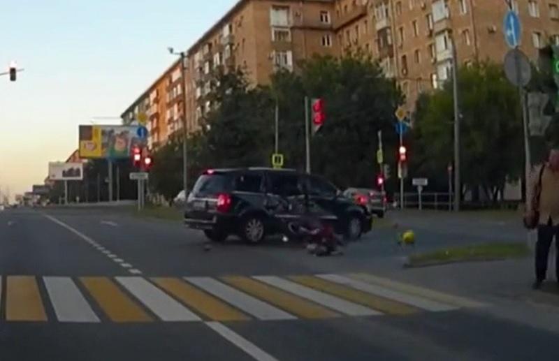 Vượt đèn đỏ, Biker tông mạnh vào SUV tử vong tại chỗ. Biker trong đoạn video sau đây vượt đèn đỏ với tốc độ chóng mặt, lộn vòng và đập thẳng mặt vào chiếc SUV đang lưu thông trên đường. (CHI TIẾT)