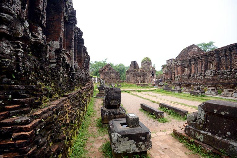 Những ngọn tháp và lăng mộ có niên đại từ thế kỷ VII đến thế kỷ XIV, nhưng các kết quả khai quật cho thấy các vua Chăm đã được chôn cất ở đây từ thế kỷ IV. Tổng số công trình kiến trúc là trên 70 chiếc. Ảnh: Zing.