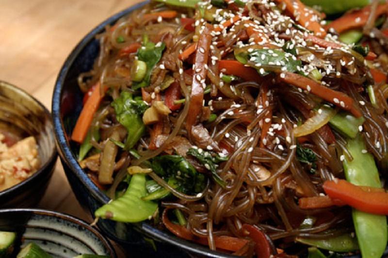 """Khám phá công thức làm miến trộn Hàn Quốc ngon tuyệt cú mèo. Để làm tăng thêm gia vị cho bữa cơm gia đình mình, thay vì những món ăn mang đậm chất truyền thống, bạn có thể tự tay làm một vài món ăn mang hương vị Hàn Quốc để chiêu đãi cả nhà. Và một trong những món ăn """"quốc dân"""" của xứ Kim Chi này chính là miến trộn Japchae. (CHI TIẾT)"""