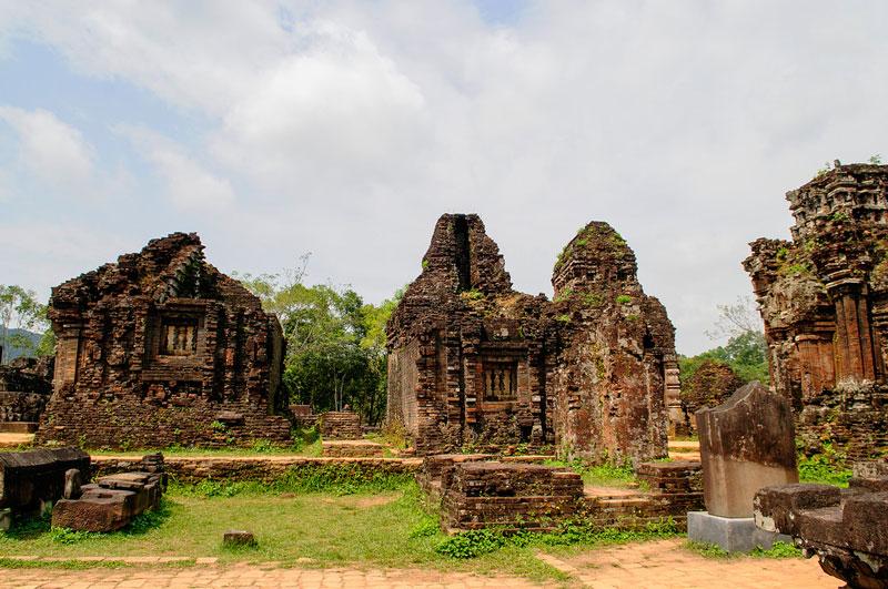 Thông thường người ta hay so sánh Thánh địa này với các tổ hợp đền đài chính khác ở Đông Nam Á như Borobudur (Java, Indonesia), Pagan (Myanma), Angkor Wat (Campuchia) và Ayutthaya (Thái Lan). Ảnh: Diem Dang Dung.