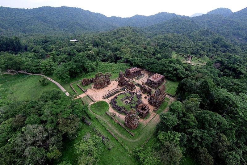 Mỹ Sơn có lẽ được bắt đầu xây dựng vào thế kỷ IV. Trong nhiều thế kỷ, Thánh địa này được bổ sung thêm các ngọn tháp lớn nhỏ và đã trở thành khu di tích chính của văn hóa Chămpa tại Việt Nam. Ảnh: Zing.