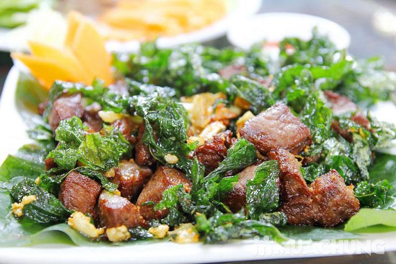 Thịt trâu lá trơng - nét hấp dẫn trong văn hóa ẩm thực Quảng Trị. Thịt trâu lá trơng là đặc sản nổi tiếng của tỉnh Quảng Trị. Món này là sự kết hợp giữa vị ngọt của thịt trâu, vị cay và mùi thơm đặc trưng của lá trơng (lá trơơng) tạo nên hương vị rất hấp dẫn khó quên cho bất cứ ai đã từng được thưởng thức. (CHI TIẾT)