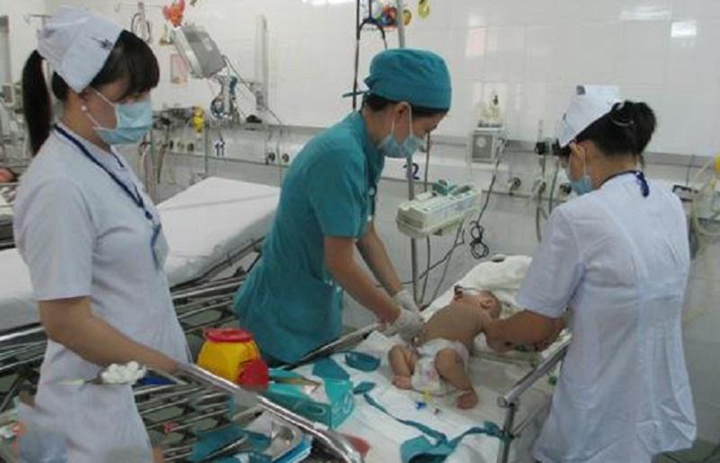 Số ca trẻ mắc bệnh tay chân miệng có xu hướng tăng cao. Ảnh báo Tin tức.