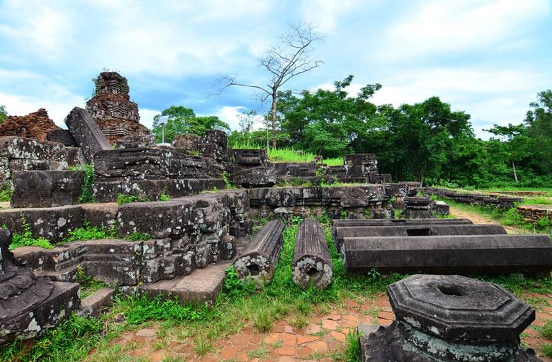 Dựa trên các tấm bia văn tự khác, người ta biết nơi đây đã từng có một đền thờ đầu tiên được làm bằng gỗ vào thế kỷ IV. Hơn 2 thế kỷ sau đó, ngôi đền bị thiêu hủy trong một trận hỏa hoạn lớn. Vào đầu thế kỷ VII, vua Sambhuvarman (Phạm Phạn Chi) (trị vì từ năm 577 đến năm 629) đã dùng gạch để xây dựng lại ngôi đền còn tồn tại đến ngày nay (có lẽ sau khi dời đô từ Khu Lật về Trà Kiệu). Các triều vua sau đó tiếp tục tu sửa lại các đền tháp cũ và xây dựng các đền tháp mới để thờ các vị thần. Gạch là vật liệu tốt để lưu giữ ký ức của một dân tộc kỳ bí và kỹ thuật xây dựng tháp của người Chàm cho tới nay vẫn còn là một điều bí ẩn. Người ta vẫn chưa tìm ra lời giải đáp thích hợp về chất liệu gắn kết, phương thức nung gạch và xây dựng. Ảnh: Bestprice.