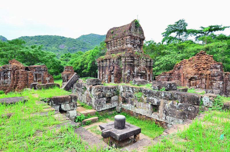 Ngoài chức năng hành lễ, giúp các vương triều tiếp cận với các Thánh thần, Mỹ Sơn còn là trung tâm văn hóa và tín ngưỡng của các triều đại Chămpa và là nơi chôn cất các vị vua, thầy tu nhiều quyền lực. Những di vật đầu tiên được tìm thấy ghi dấu thời đại vua Bhadravarman I (Phạm Hồ Đạt) (trị vì từ năm 381 đến 413), vị vua đã xây dựng một Thánh đường để thờ cúng linga và Shiva. Mỹ Sơn chịu ảnh hưởng rất lớn của Ấn Độ cả về kiến trúc - thể hiện ở các đền tháp đang chìm đắm trong huy hoàng quá khứ, và về văn hóa - thể hiện ở các dòng bia ký bằng chữ Phạn cổ trên các tấm bia. Ảnh: Minh Son.