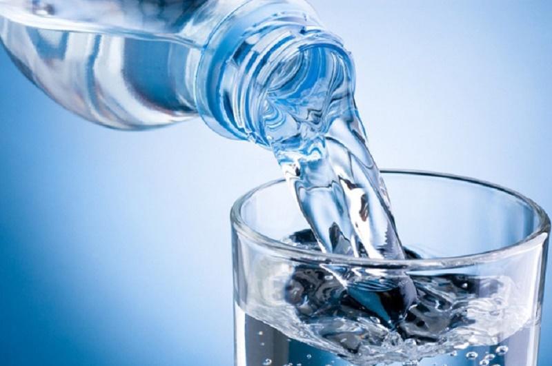 Uống nhiều nước lọc giúp hạn chế phần nào nhiệt nóng từ sầu riêng.