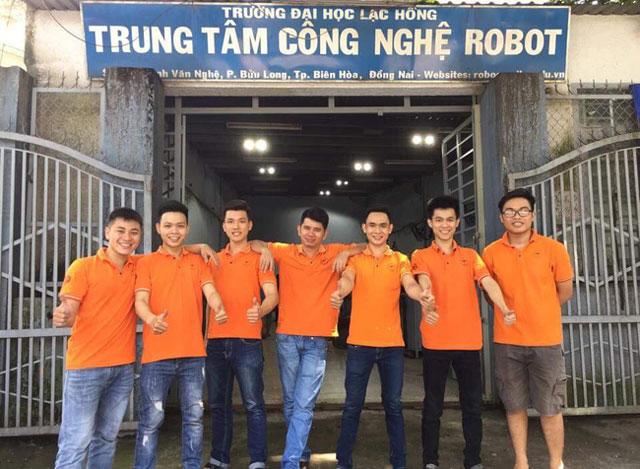 Các thành viên của LH - NICESHOT cùng team hỗ trợ trước giờ đưa robot lên đường (Ảnh: Robocon Lạc Hồng).